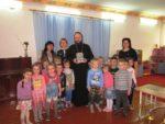 Священник познакомил ребят со Святым Евангелием и книгами для детей